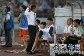 图文:[中超]北京3-0长沙 李章洙对裁判无奈