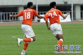 图文:[中超]陕西1-2山东 吕征庆祝进球