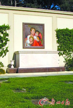 迈克尔・杰克逊的神秘墓地上方有一幅用马赛克拼成的三个孩子的图画。