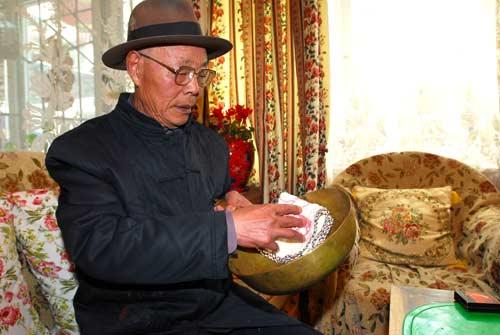 刘志均老人和他的炮弹壳打制的锅