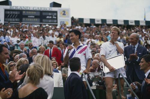 1989年6月11日,17岁3个月的张德培,终于捧起了火枪手杯