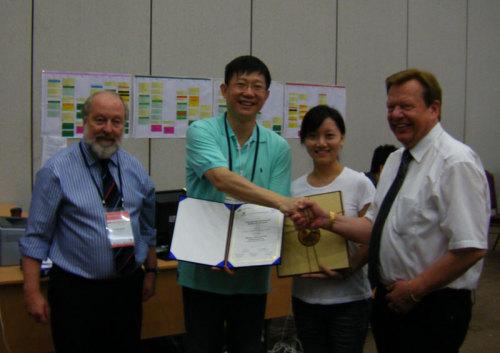 获奖后广东实验中学合唱团指挥谢明晶(左二)团员代表