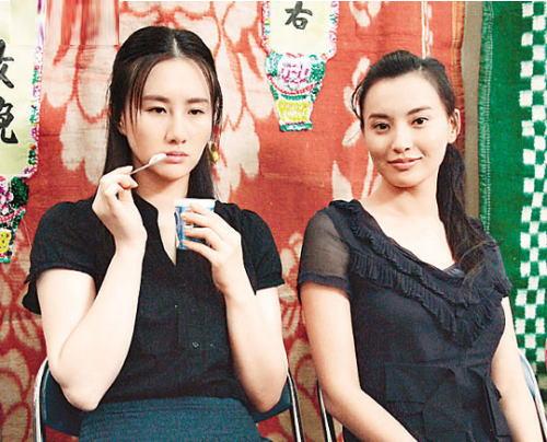 孟瑶(左)及莫小棋在戏中的角色同样受尽屈辱,孟瑶被强奸兼要接客,莫小棋则为养家而要做妓女。