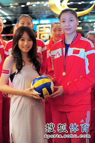 女排赠邓丽欣签名排球
