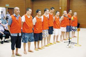 吴相明等9人在法庭受审