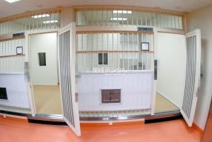 被移交东京地检前,酒井法子被拘留在东京湾岸警署看守所。图为看守所的外观和内部设施