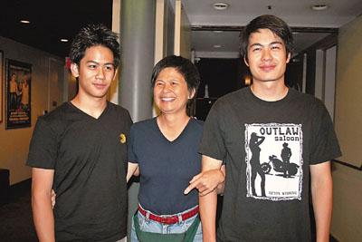 李安太太和两位儿子难得一同现身。