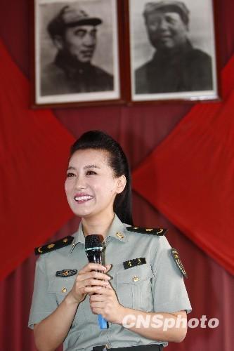 8月12日,总政歌舞团歌手谭晶在河北平山县西柏坡的七届二中全会旧