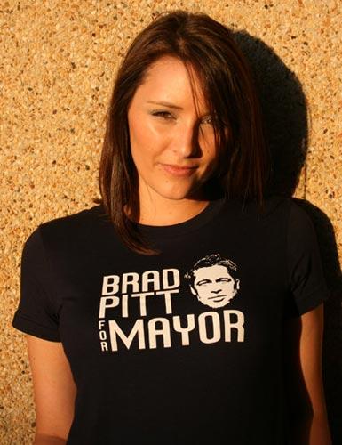 """资料图:当地居民身着""""皮特选市长""""的T恤为偶像造势"""