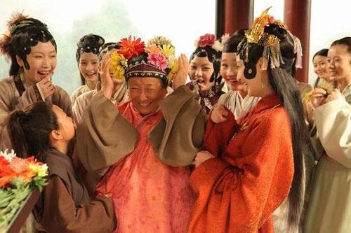 图:新版《红楼梦》刘姥姥被凤姐插得满头鲜花