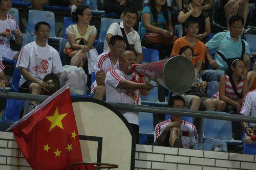图文:[亚青赛]女足0-1朝鲜 铁喇叭助威