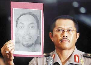 警方向记者出示死者易卜拉欣的照片。
