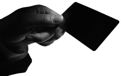 由于消费卡大多没有防伪标识,制作假卡技术其实很简单,只要编号密码相同或共用一个条形码,克隆消费卡就能和真卡一样刷卡消费。