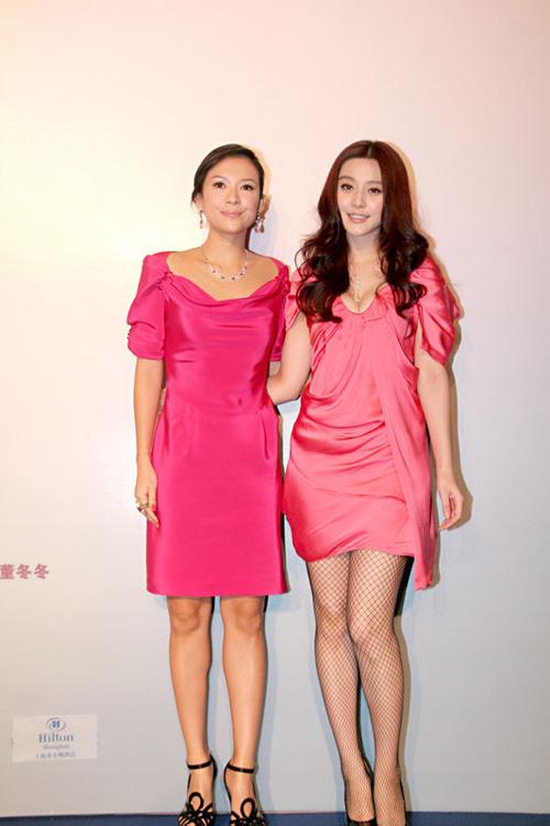 8月11日晚,《非常完美》主创人员飞赴上海出席首映仪式。章子怡与范冰冰穿的好像孪生姐妹一般。