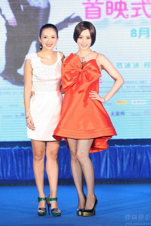 8月9日,北京首映仪式,章子怡穿着白色连衣裙大气优雅,范冰冰的蝴蝶结礼服舞台效果十足。