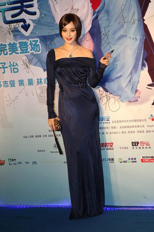 范冰冰的深蓝色丝绒晚礼服显得相当华贵。
