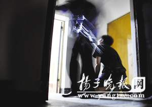 男友拼命磕头,趁跳楼女犹豫时民警冲上去将其救下。