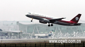 昨日江北机场各航班的飞机正常起降 记者 杨帆 摄