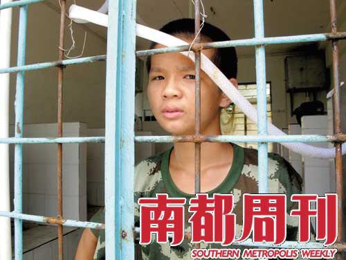 8月6日,南宁起航拯救训练营冲凉房,一位学生还在等待父母。