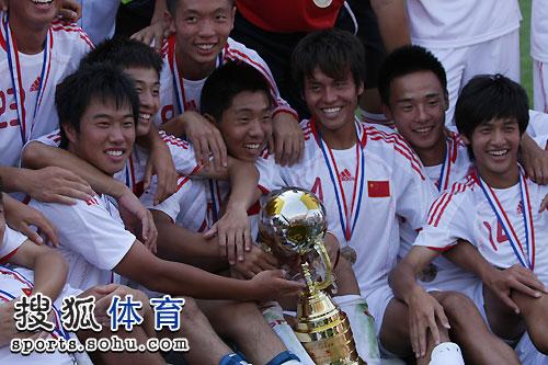 图文:[潍坊杯]国青0-1西班牙人 国青庆祝