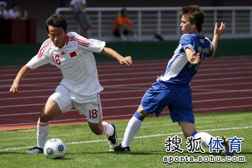 图文:[潍坊杯]国青0-1西班牙人 队员突破