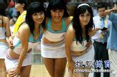 组图:啦啦队可爱妹妹甜腻腻 中场表演倒立飞扣
