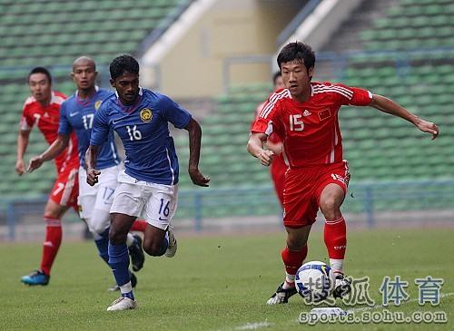 图文:[热身赛]国足VS马来西亚 荣昊突破