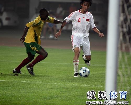 图文:国奥5-0津巴布韦 尹鸿博犀利突破