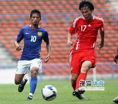 图文:[热身]国足0-0马来西亚 邓卓翔传球吃力