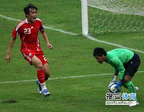 图文:[热身]国足0-0马来西亚 杜威累得直喘气