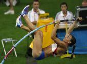 图文:柏林女子撑杆跳资格赛 伊娃撑起瞬间