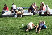 图文:09柏林世锦赛首日花絮 草坪上躺满游客