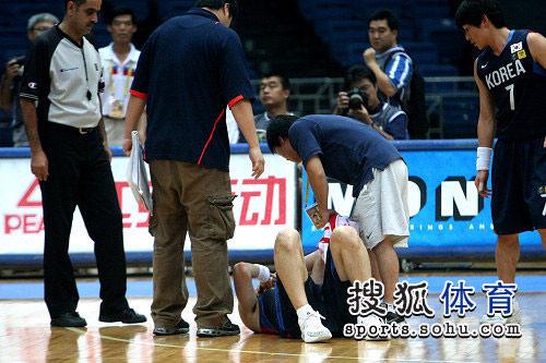 亚锦赛韩国VS菲律宾 受伤倒地