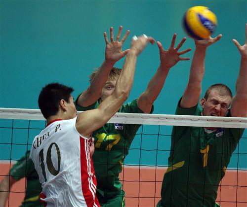 图文:中国男排3-1澳大利亚 澳大利亚双人拦网