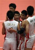 图文:中国男排3-1澳大利亚 男排拥抱庆祝胜利