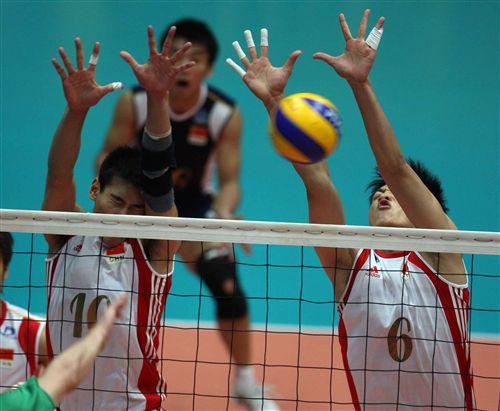 图文:中国男排3-1澳大利亚 陈平梁春龙拦网