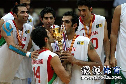 伊朗队员亲吻奖杯