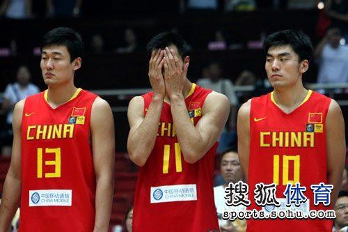图文:中国男篮落败沮丧 易建联掩面