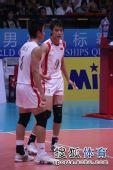 图文:中国男排3-1澳大利亚 焦帅与队友在场上
