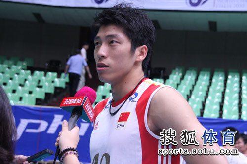 图文:中国男排3-1澳大利亚 沈琼接受记者采访