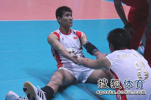 图文:中国男排3-1澳大利亚 陈平与队友热身