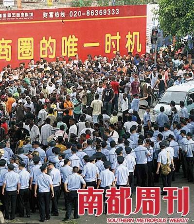7月15日,广园西路的非洲裔人士聚集当地派出所。摄影・杨曦