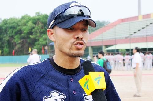 图文:亚洲棒球邀请赛 广东队队员接受采访