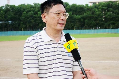 图文:亚洲棒球邀请赛 李晓峰接受采访