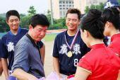 图文:亚洲棒球邀请赛 李高潮发奖