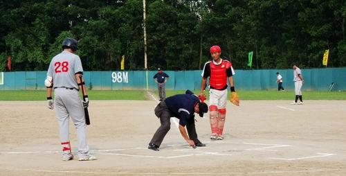 图文:亚洲棒球邀请赛 裁判划线
