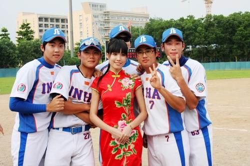 图文:亚洲棒球邀请赛 队员与礼仪小姐合影