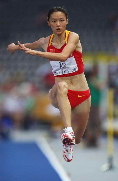 中国女子三级跳_图文:女子三级跳远决赛 谢荔梅高高跃起