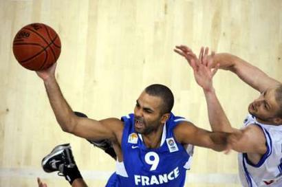 图文:[欧锦赛资格赛]法国VS芬兰 帕克突破上篮