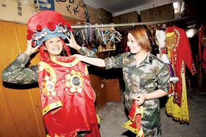 女兵们在换演出服,演出过程中,她们1分钟就能完成换装